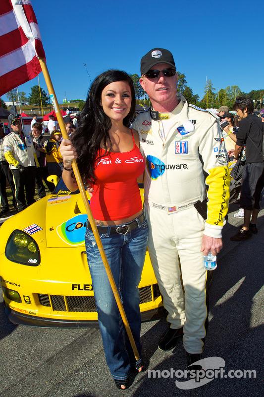 Johnny O'Connell met een vlaggenmeisje