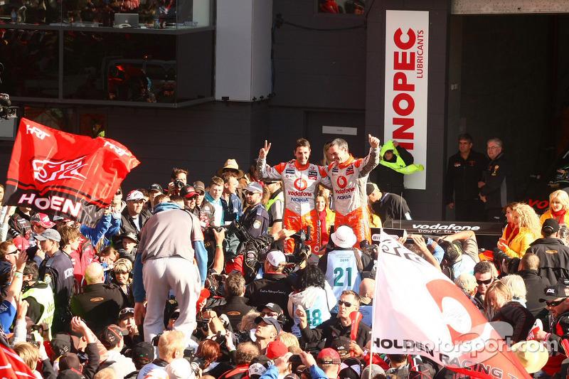 Craig Lowndes en Jamie Whincup vieren feest als TeamVodafone wordt eerste en tweede in de 2010 Bathurst 1000