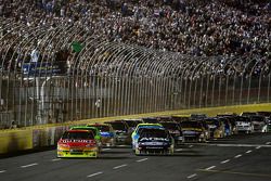 Départ : Jeff Gordon, Hendrick Motorsports Chevrolet et Carl Edwards, Roush Fenway Racing Ford prennent les devants