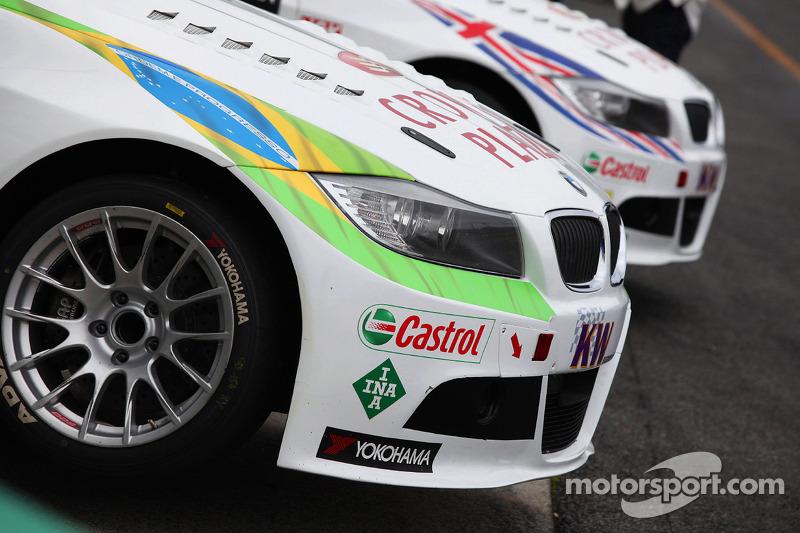 De wagens van Augusto Farfus, BMW Team RBM BMW 320si en Andy Priaulx, BMW Team RBM BMW 320si