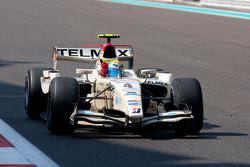 Серхио Перес пересекает финишную черту победителем