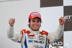 Sergio Pérez celebra su victoria en el podio