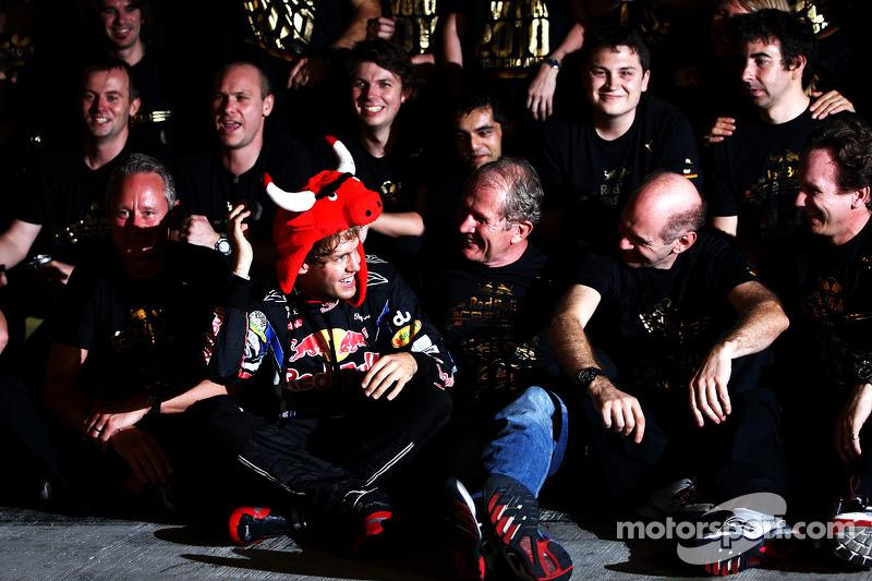El ganador del GP de Abu Dhabi y campeón del mundo de Fórmula 1, 2010 Sebastian Vettel, Red Bull Racing, celebra con su equipo