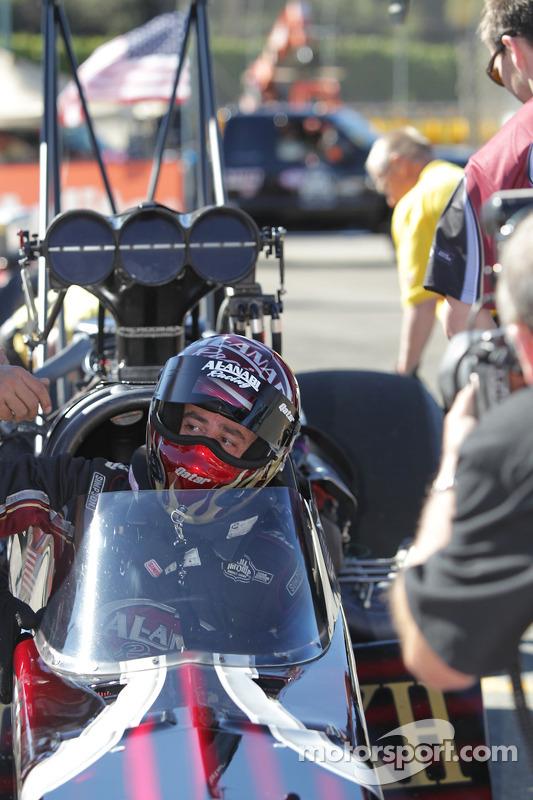Larry Dixon verschijnt uit zijn Al-Anabi Racing Dragster na het winnen van het Full Throttle Top Fuel World Championship