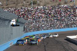 Restart: Carl Edwards, Roush Fenway Racing Ford and Kurt Busch, Penske Racing Dodge lead the field