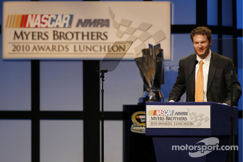 Dale Earnhardt Jr. accepteert zijn achtste Hamburger Helper Most Popular Driver Award tijdens de NMPA Myers Brothers Awards Ceremony in de Bellagio