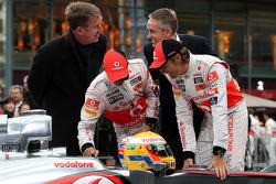 Fritz Joussen, Vodafone; Lewis Hamilton, McLaren Mercedes; Martin Whitmarsh, McLaren-Officer; Jenson Button, McLaren Mercedes
