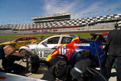 Arrêt au stand pour la numéro 41 Dempsey Racing Mazda RX-8: Dane Cameron, James Gue, Ian James, Don Kitch Jr., Dave Lacey