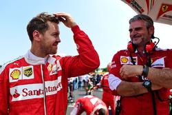 Себастьян Феттель, Ferrari та Мауріціо Аррівабене, голова, Ferrari Team на стартовій решітці