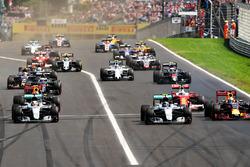 Start actie: Lewis Hamilton, Mercedes AMG F1 W07 Hybrid voor Daniel Ricciardo, Red Bull Racing RB12
