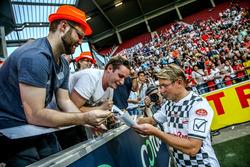 Mika Häkkinen schreibt Autogramme