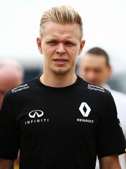 Kevin Magnussen, Renault Sport F1 Team walks the circuit