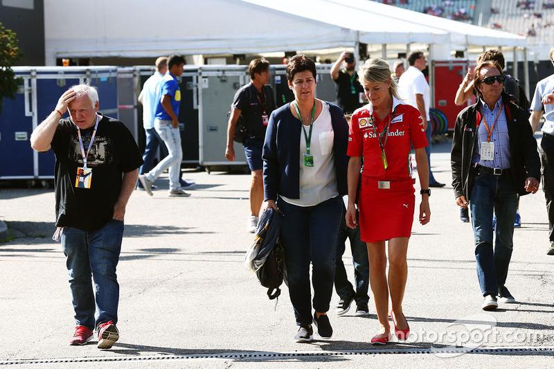 Norbert Vettel con esposa Heike Vettel y Britta Roeske, oficial de prensa de Ferrari