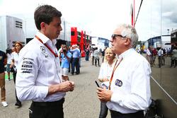 Тото Вольф, руководитель Mercedes AMG F1 и Чарли Уайтин, представитель FIA