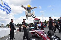 Ganador de la carrera Santiago Urrutia, Schmidt Peterson Motorsports