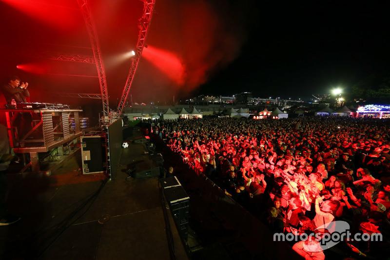 Naast de racerij maakte het publiek zich 's avonds met DJs
