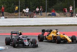 Jenson Button, McLaren MP4-31; Kevin Magnussen, Renault Sport F1 Team RS16