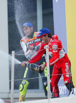 Podium : le vainqueur Valentino Rossi, Repsol Honda Team, et le troisième Loris Capirossi, Ducati Team