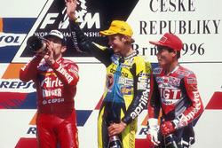 Podium : le vainqueur Valentino Rossi, le deuxième Jorge Martínez, et le troisième Tomomi Manako