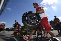 Un mécanicien Ducati Team au travail