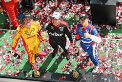 Podium: race winner Will Power, Team Penske Chevrolet, second place Mikhail Aleshin, Schmidt Peterson Motorsports Honda, third place Ryan Hunter-Reay, Andretti Autosport Honda