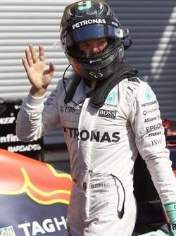 Нико Росберг, Mercedes AMG F1 W07 Hybrid празднует поул-позицию