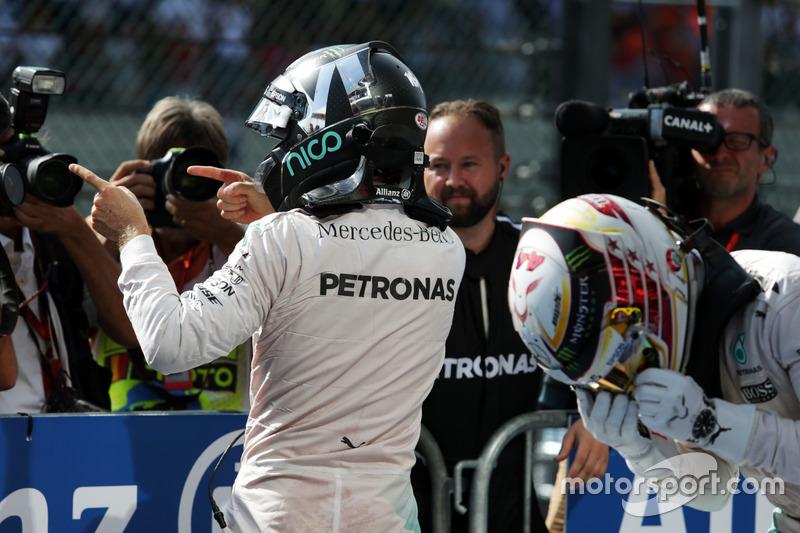 Nico Rosberg en el parc fermé junto a Lewis Hamilton tras ganar en Bélgica