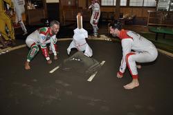 Tiago Monteiro y José María López practican sumo