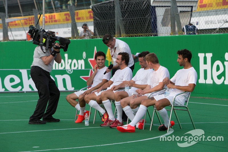 Partido a beneficio: Sergio Pérez, Sahara Force India F1; Jolyon Palmer, Renault Sport F1 Team; Max Verstappen, Red Bull Racing; Fernando Alonso, McLaren; Daniel Ricciardo, Red Bull Racing.