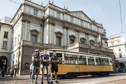 Daniel Ricciardo, Carlos Sainz Jr. and Daniil Kvjat in posa di fronte a La Scala