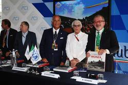 (Зліва направо): Жан Тодт, президент FIA, Анджело Стіччі Даміані, Президент Автомобільного клубу Італії; Берні Еклстоун та Роберто Мароні, регіональний президент Ломбардиії, на анонсі треку Монци