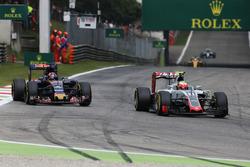 Esteban Gutiérrez, Haas F1 Team VF-16 y Daniil Kvyat, Scuderia Toro Rosso STR11