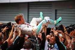 Переможець Ніко Росберг, Mercedes AMG F1 святкує у закритому парку з командою