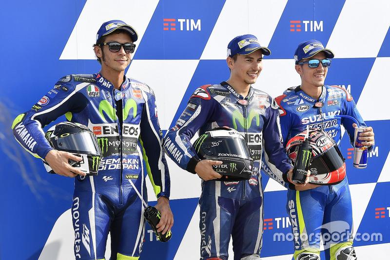 Ganador de la pole Jorge Lorenzo, Yamaha Factory Racing, segundo puesto clasificado Valentino Rossi, Yamaha Factory Racing, y tercero Maverick Viñales, Team Suzuki Ecstar MotoGP