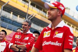 Maurizio Arrivabene, Ferrari-Teamchef, mit Sebastian Vettel, Ferrari