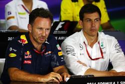 Christian Horner, jefe de equipo de carreras de Red Bull y Toto Wolff, Mercedes AMG F1 accionista y Director Ejecutivo en la Conferencia de prensa FIA