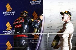 Даниэль Риккардо и победитель Нико Росберг, Mercedes AMG F1