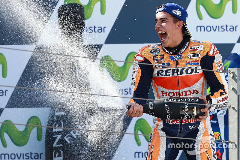 Подіум: Переможець гонки Марк Маркес, Repsol Honda Team святкує із шампанським