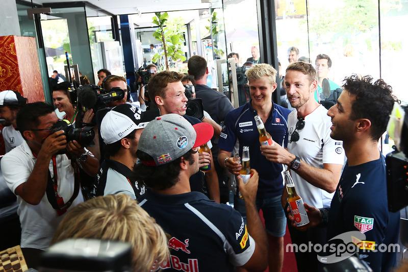 Jenson Button, McLaren celebra sus 300 GP con Daniel Ricciardo, Red Bull Racing; Marcus Ericsson, Sauber F1 Team; Daniil Kvyat, Scuderia Toro Rosso; Sergio Perez, Sahara Force India F1; y Carlos Sainz Jr., Scuderia Toro Rosso