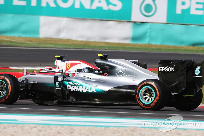 Rosberg también se tocó con el otro Ferrari (Raikkonen)