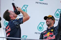 (Da sx a dx): Christian Horner, Team Principal Red Bull Racing festeggia sul podio bevendo champagne dalla scarpa da corsa del vincitore della gara Daniel Ricciardo, Red Bull Racing