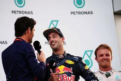 Переможець гонки Даніель Ріккардо, Red Bull Racing на подіумі із Марком Веббером, пілот Porsche Team WEC / представник Channel 4