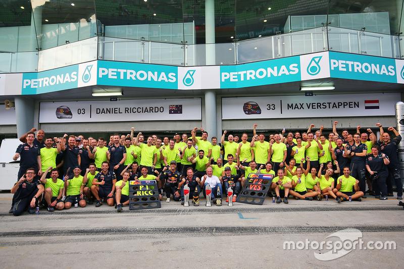 Ganador, Daniel Ricciardo, Red Bull Racing celebra con Max Verstappen, Red Bull Racing; Christian Horner, Red Bull Racing Teaml; Dr Helmut Marko, Red Bull Motorsport y el equipo