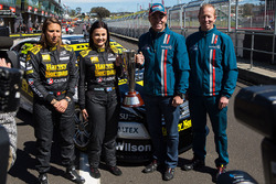 Simona de Silvestro und Renee Gracie, Harvey Norman Supergirls, Nissan; Craig Lowndes und Steven Richards, Triple Eight Race Engineering, Holden, mit der Peter-Brock-Trophy