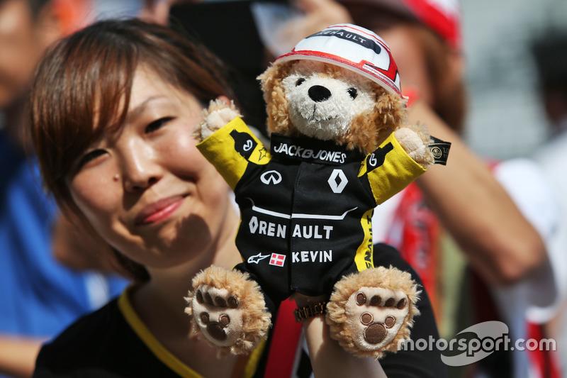 Un fan de Kevin Magnussen, Renault Sport F1 Team y un teddy bear