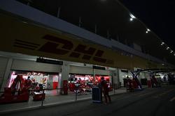 Il box Ferrari di sera