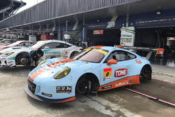 #9 Gulf Racing with Pacific Porsche 911