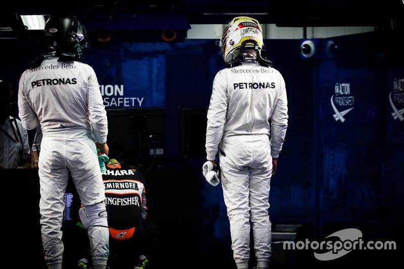 (Da sx a dx): Nico Rosberg, Mercedes AMG F1 e il compagno di squadtra Lewis Hamilton, Mercedes AMG F1 nel parco chiuso