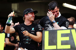 El ganador de la carrera, Nico Rosberg, celebra con el equipo Mercedes AMG F1 el título de constructores con Toto Wolff, director de Mercedes AMG F1