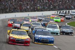 Restart: Kurt Busch, Penske Racing Dodge leads the field